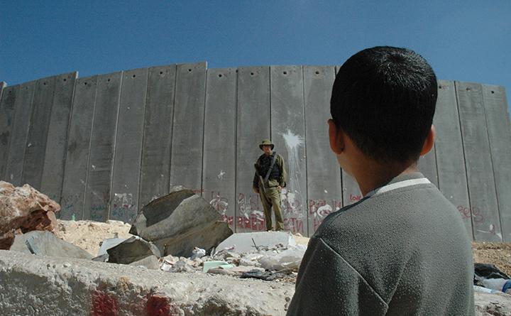 Un enfant devant le mur de séparation en Palestine