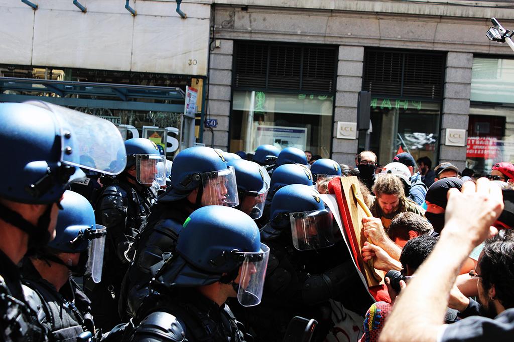 Bloqué par la Police, la tête de cortège insiste pour passer