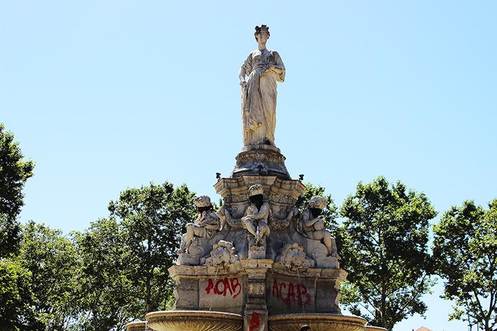 La Fontaine Place Maréchal Lyautey taguée, après la manifestation