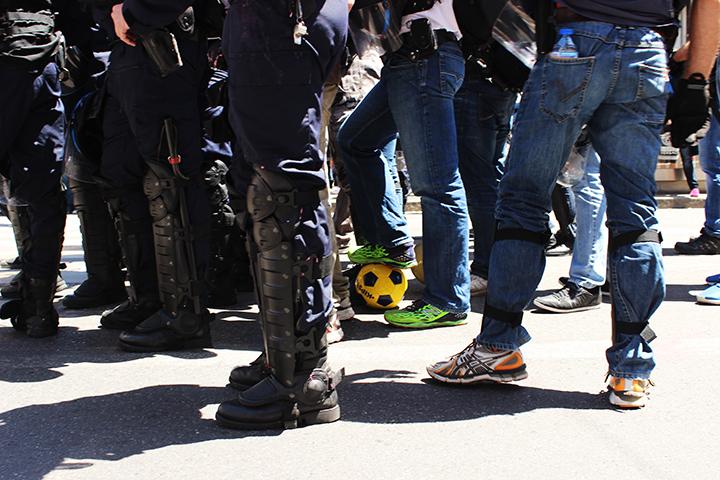 La Police récupère les ballons ou les crève