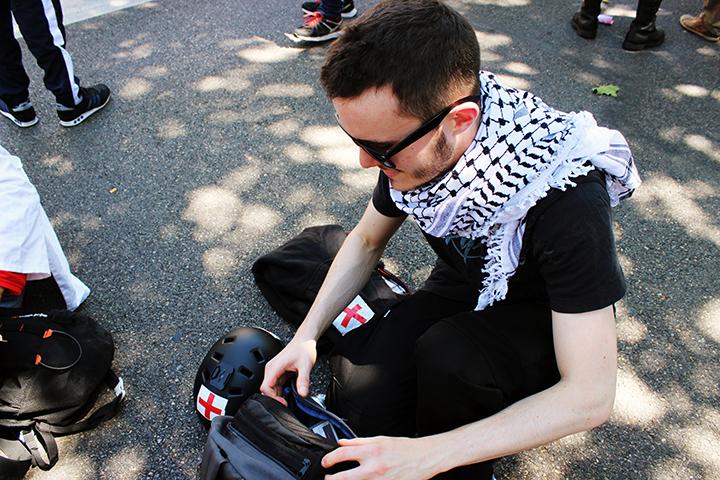 Tim prépare son équipement de street médic