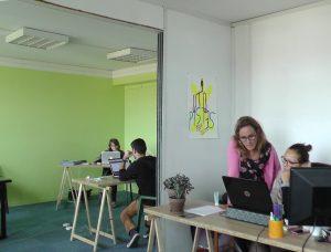 L'équipe en plein travail, deux jours après le lancement officiel du site. Photo Alban Elkaïm