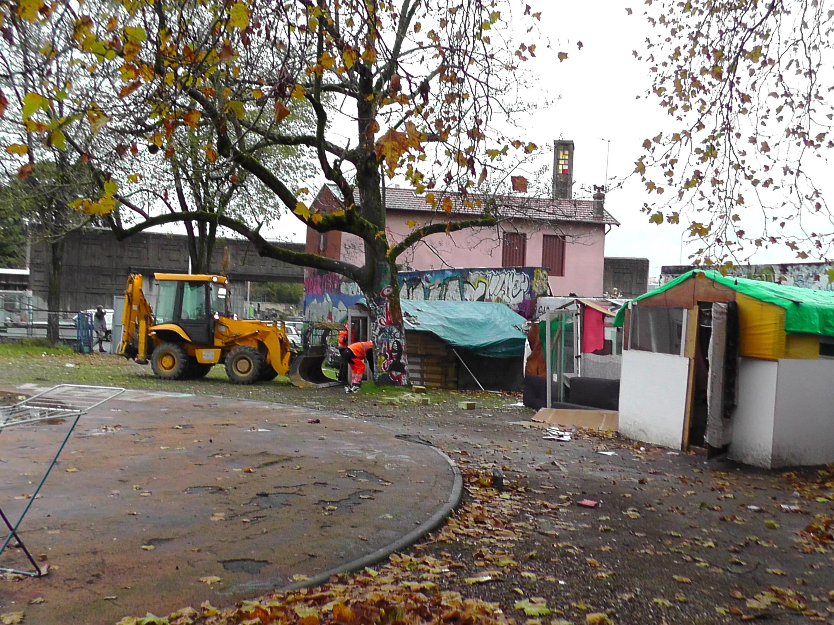 Un bulldozer s'apprête à raser les cabanes. Photo Alban Elkaïm