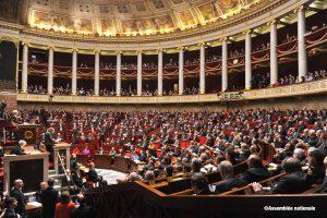 Vue de l'hémicycle rempli où se tiennent les débats :