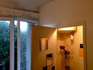 Photographie d'un appartement où des moisissures prolifèrent, à cause de l'humidité. Crédit Florence Pollet