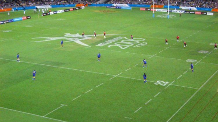 Une large surface de jeu pour mettre l'accent sur le spectacle. Crédit Wikipedia.