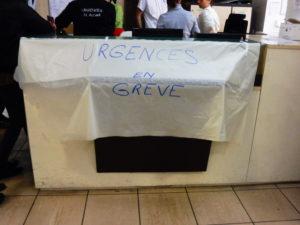 Photo 3. Au pavillon N, plusieurs employé·e·s en grève sont assigné·e·s. Contraints de rester en poste, ils doivent se contenter d'afficher « en grève » sur leur tenue et à l'accueil. Crédit Alexis Demoment.