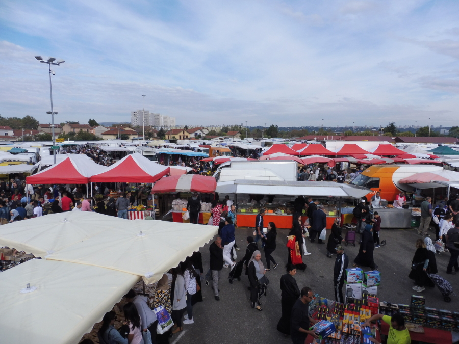 Le marché aux puces de Vaulx-en-Velin un dimanche matin. Le reste de la semaine, le site est loué à des auto-écoles qui s'en servent de circuit. © Alexis Demoment / LyonBondyBlog.