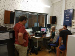 Les Percussions de Treffort écoutent leur enregistrement en studio