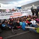 Des militants d'Attac, de Youth for Climate et d'Exctinction Rebelion ont bloqué un dépôt d'Amazon à Saint-Priest. Crédit photo : Youth for Climate