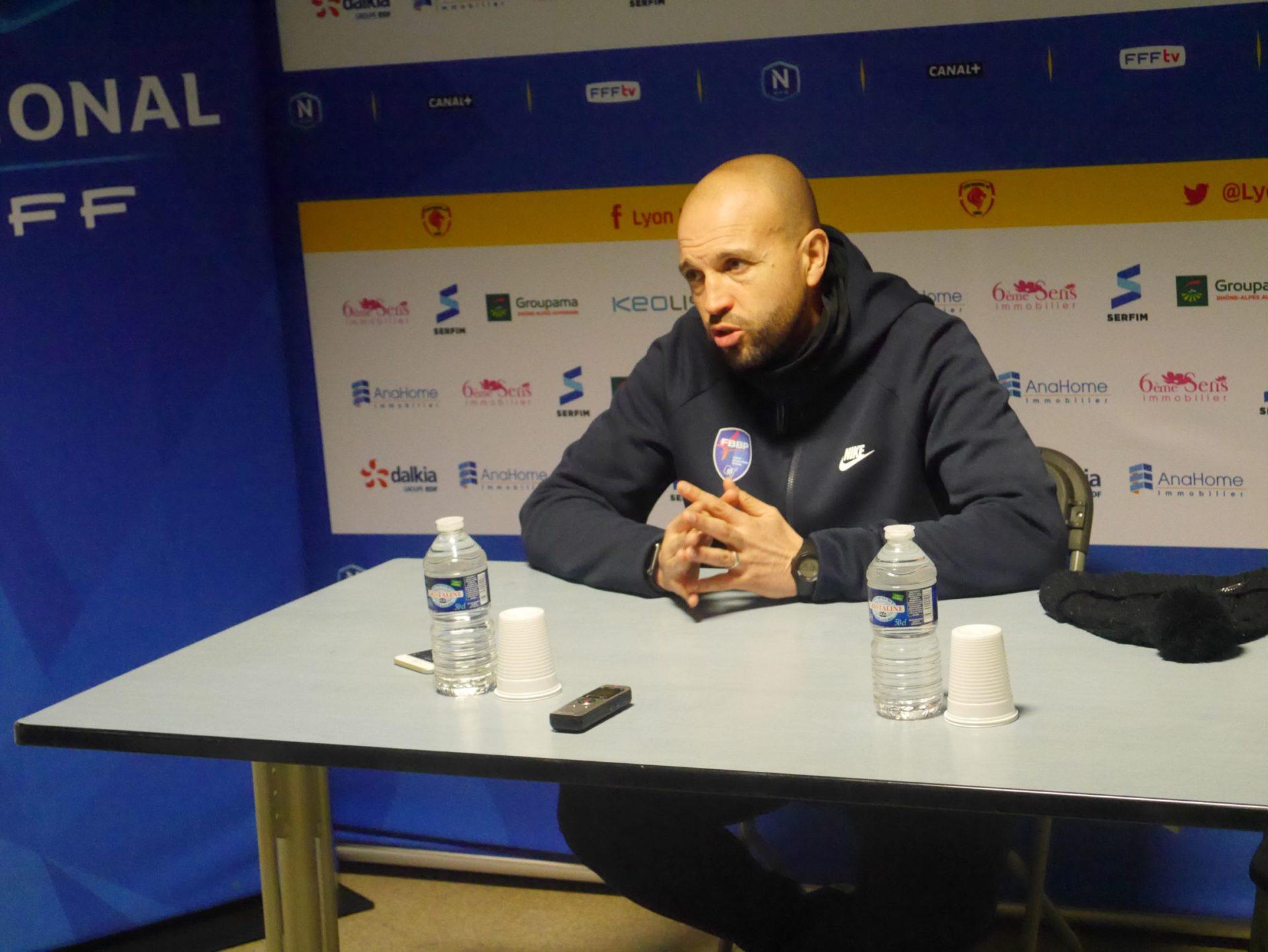 Retour difficile à Balmont pour Karim Mokkedem, l'entraîneur du FBBP01. Crédit photo : Hugo Dervissoglou / LBB