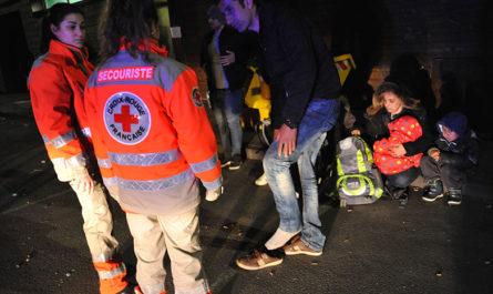 Personnels de la Croix-Rouge en intervention auprès de migrants. Crédits : Pascal Bachelet