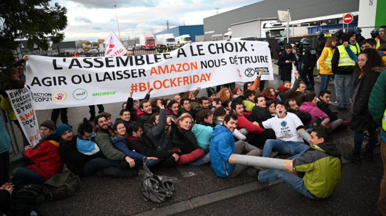 Des militants d'Attac, de Youth for Climate et d'Exctinction Rebelion ont bloqué un dépôt d'Amazon à Saint-Priest. Crédit photo : Youth for Climate